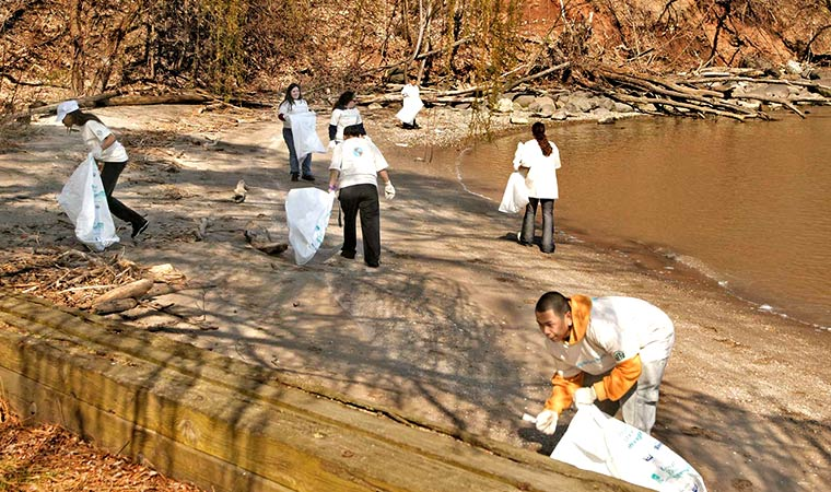 Volunteers Clean Up Shoreline